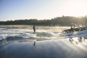 Surf Wake der MasterCrfat X24 mit Kyla Moniz beim Wellenreiten